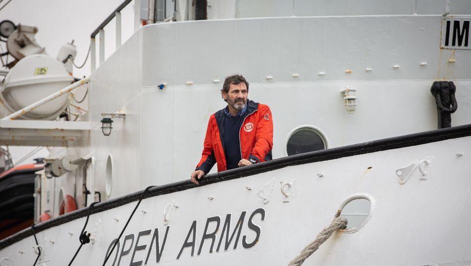 Oscar Camps, Gründer der Hilfsorganisation Proactiva Open Arms, auf dem Deck des Rettungsschiffes (Archiv)