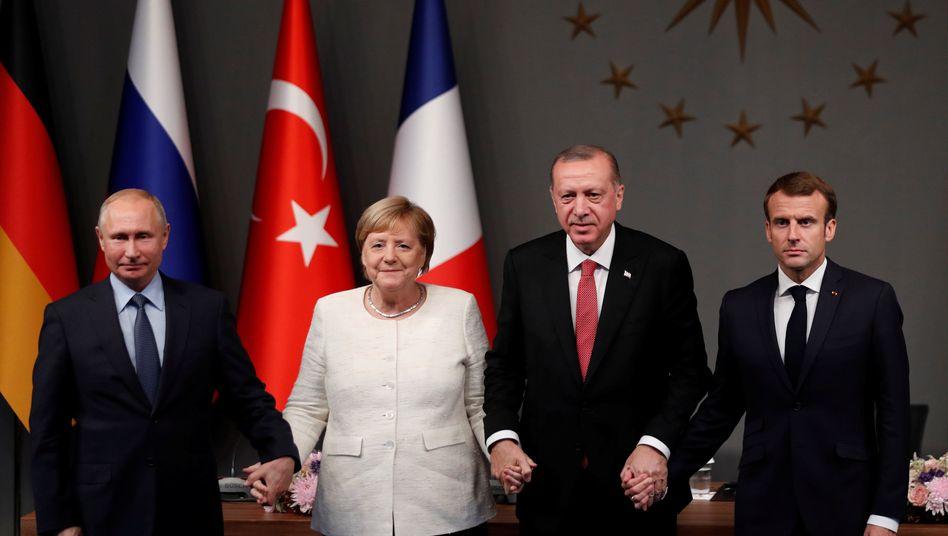 Angela Merkel inmitten von Wladimir Putin (l.) und Recep Tayyip Erdogan; rechts Emmanuel Macron