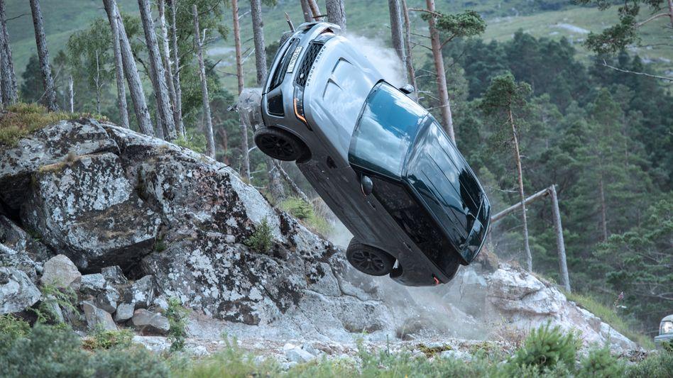 Spektakulärer Autostunt aus dem neuen Bond-Film »Keine Zeit zu sterben«: Hier hebt ein Range Rover Sport SVR ab