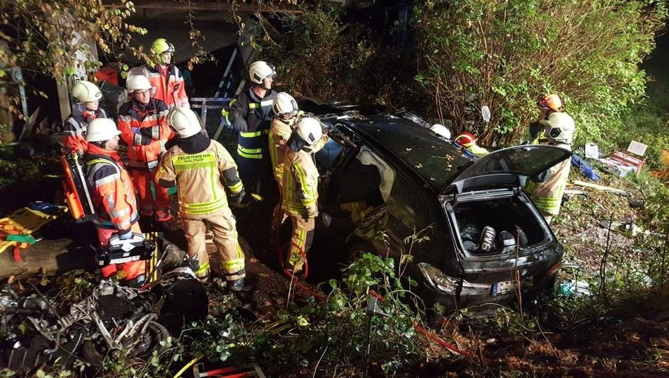 Feuerwehrleute neben dem Autowrack: Der 17-Jährige hätte das Auto nicht allein fahren dürfen