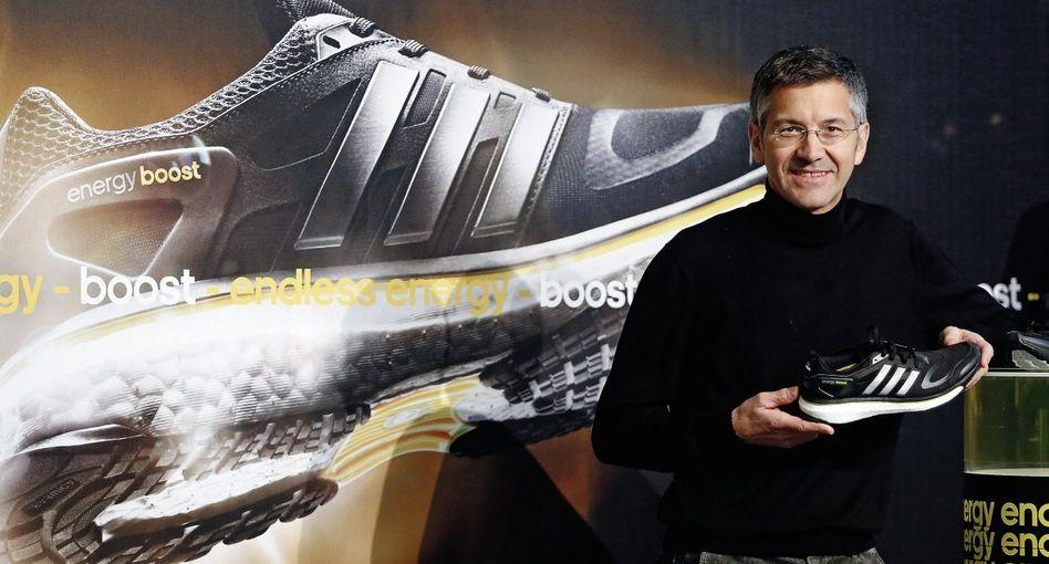 Adidas-Chef Hainer mit Boost-Schuh: »Schneller und erfolgreicher«