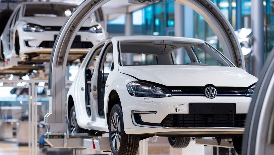 Eine höhere Förderung von Elektroautos könnte Stromern wie diesen VW e-Golf in der gläsernen VW-Manufaktur Dresden zu höheren Marktanteilen verhelfen - die ohnehin schon langen Lieferzeiten aber deutlich steigen lassen