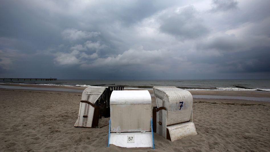 Dunkle Wolken über Heiligendamm in Mecklenburg-Vorpommern (Archivbild)
