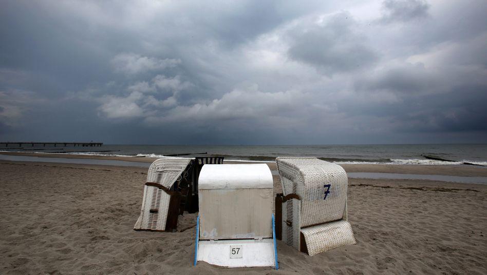 Leere Strandkörbe an der Ostsee (Archivbild)