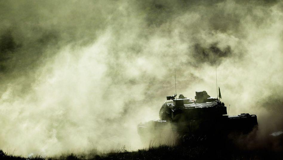 """Kampfpanzer """"Leopard"""" bei einer Bundeswehrübung"""