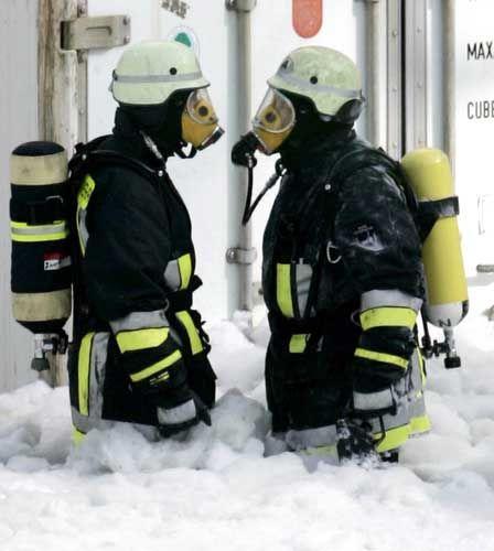 Feuerwehrmänner in Krümmel: Schaumteppich gegen die Flammen