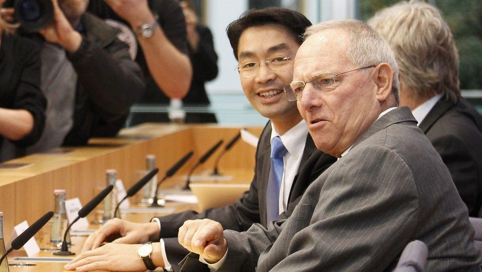 Wirtschaftsminister Rösler (l.), Finanzminister Schäuble: Sie halten an ihrem Steuerplan fest