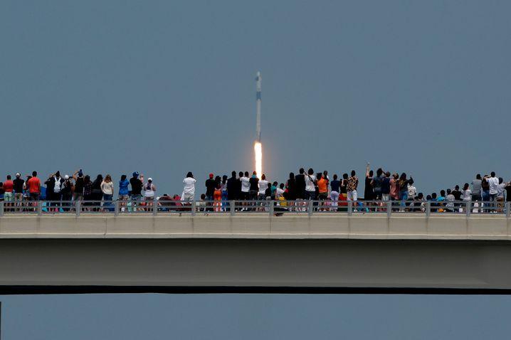 Zuschauer des Raketenstarts in Florida