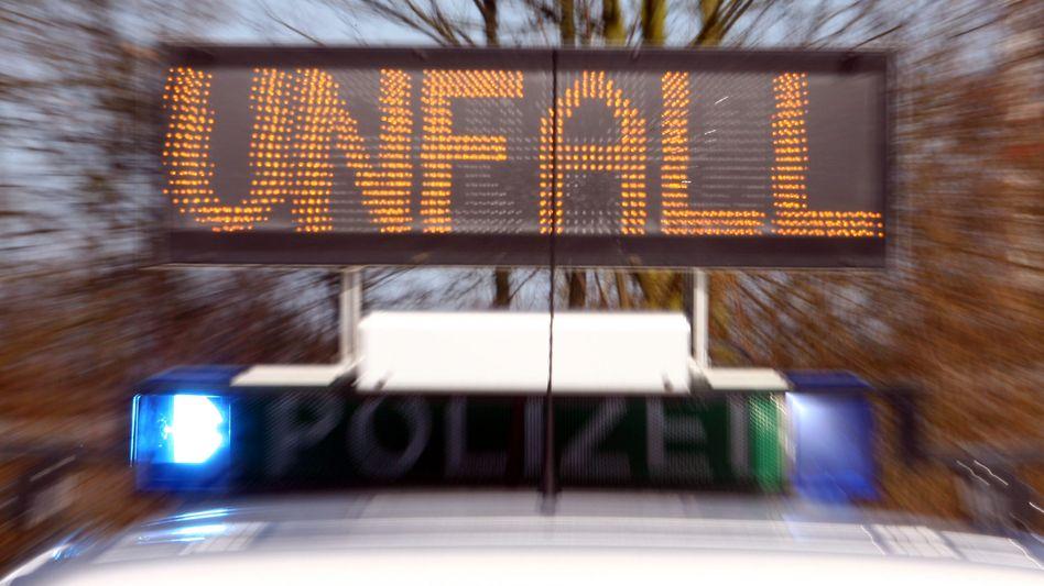 Autobahnpolizei im Einsatz (Symbolbild): Weniger Tote wegen Corona
