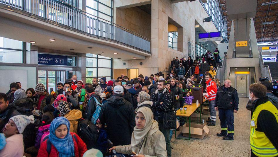 Flüchtlinge im Messebahnhof Hannover-Laatzen: Auf dem Weg zur Erstaufnahme