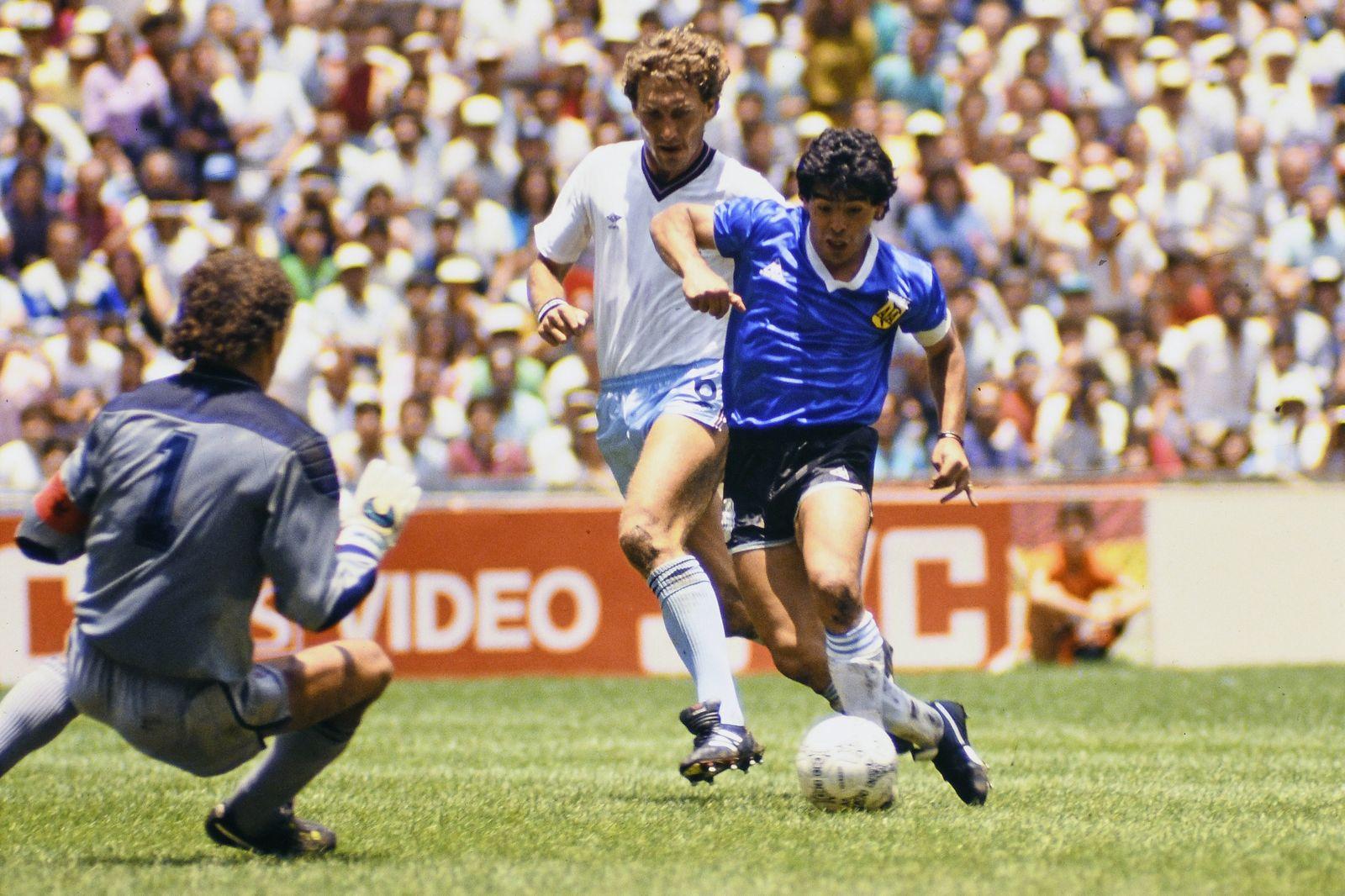 DIEGO MARADONA, Argentina, Goal, TERRY BUTCHER, England, World Cup Mexico 1986, Quarter Final, Argentina vs England 2-1,
