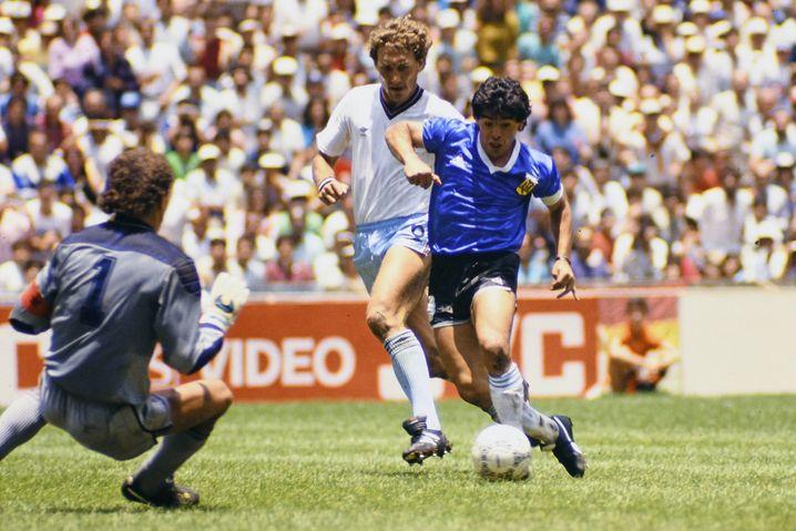 Maradona kurz vor seinem Tor zum 2:0, daneben: Torwart Peter Shilton und Verteidiger Terry Butcher
