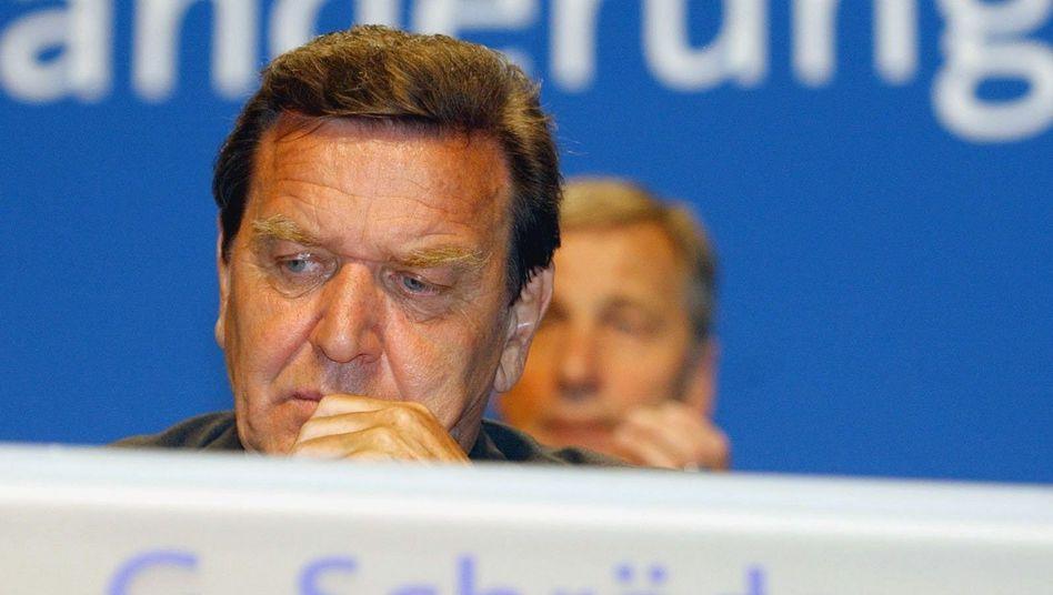 Gerhard Schröder, damals Bundeskanzler, und Wolfgang Clement (hinten), damals Wirtschaftsminister, 2003