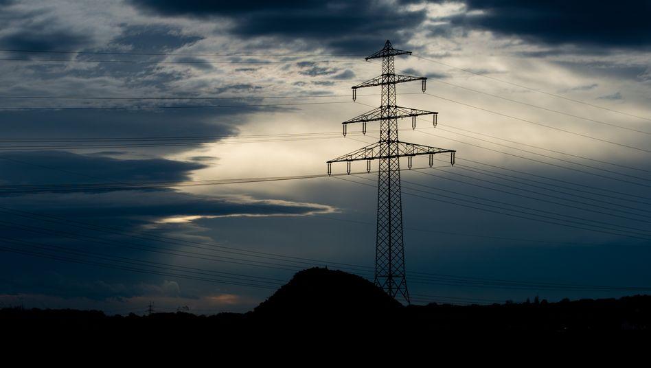 Eine Hochspannungsleitung in Niedersachsen: An drei Tagen im vergangenen Juni stand das deutsche Stromnetz unter starkem Stress