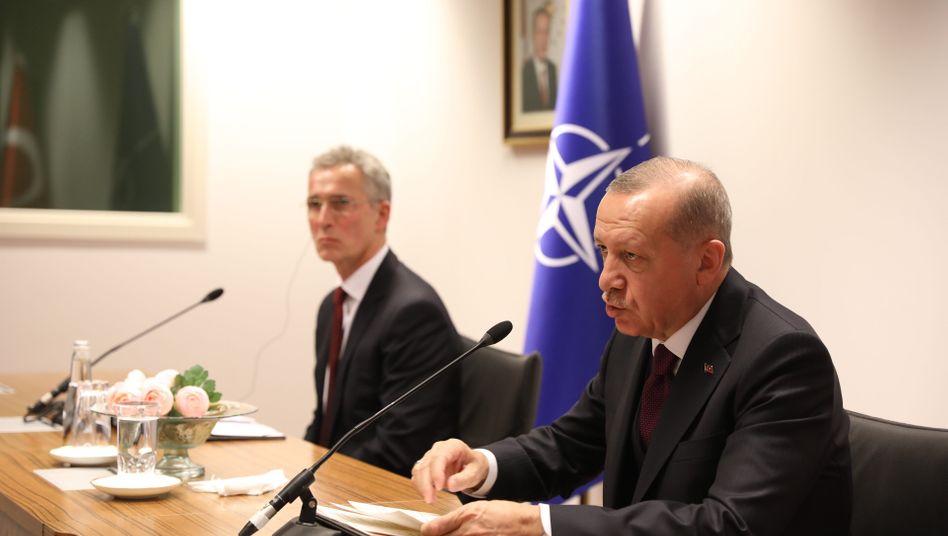 Der türkische Präsident Erdogan (r.), Nato-Generalsekretär Stoltenberg