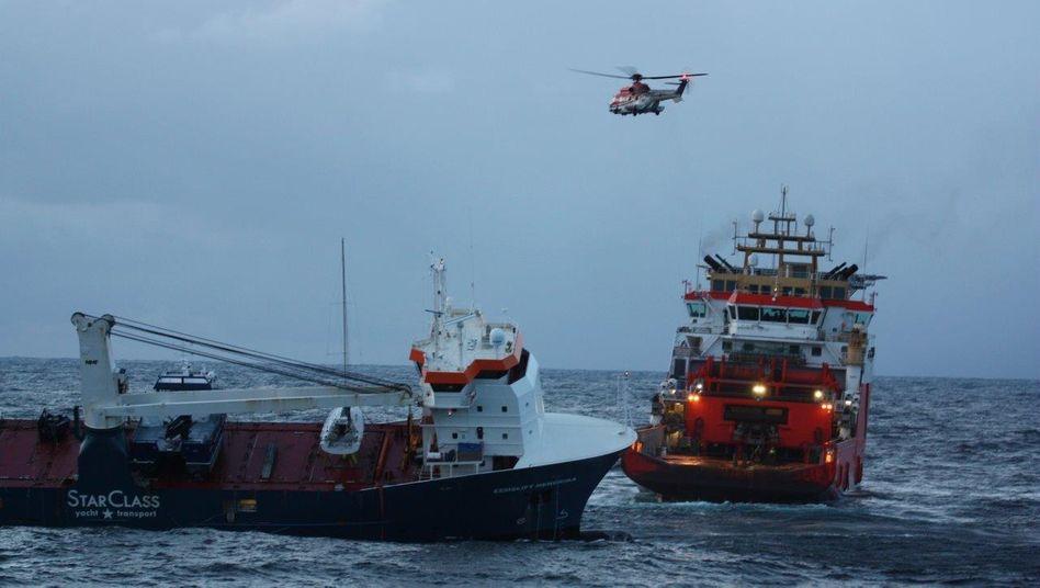 Bergungsteam am niederländischen Frachter »Eemslift Hendrika«