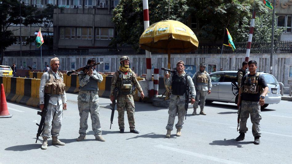 Sicherheitskräfte vor Kabul: Nach Angaben der Taliban hat die örtliche Polizei ihre Posten verlassen, weshalb Plünderungen drohen