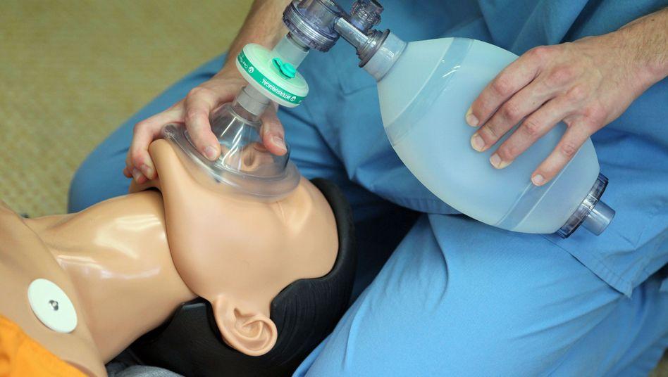 Medizinstudent mit einer Übungspuppe (Archivbild)