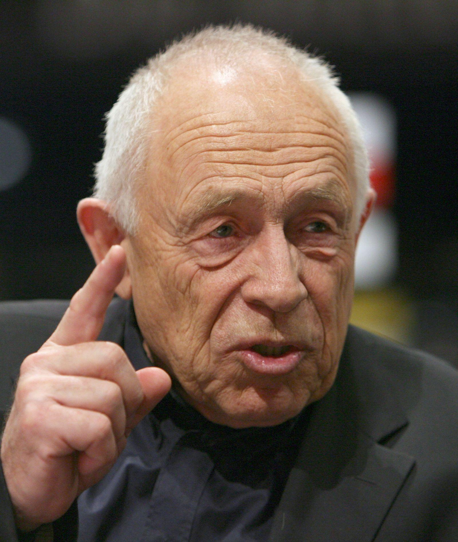 Heiner Geißler hebt den finger