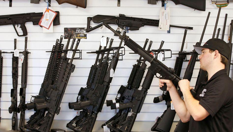 Verkäufer mit AR-15 Gewehren