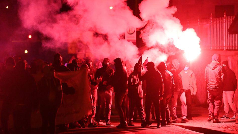 Demo im Stadtteil Connewitz, die Teilnehmer zünden Böller und Bengalos