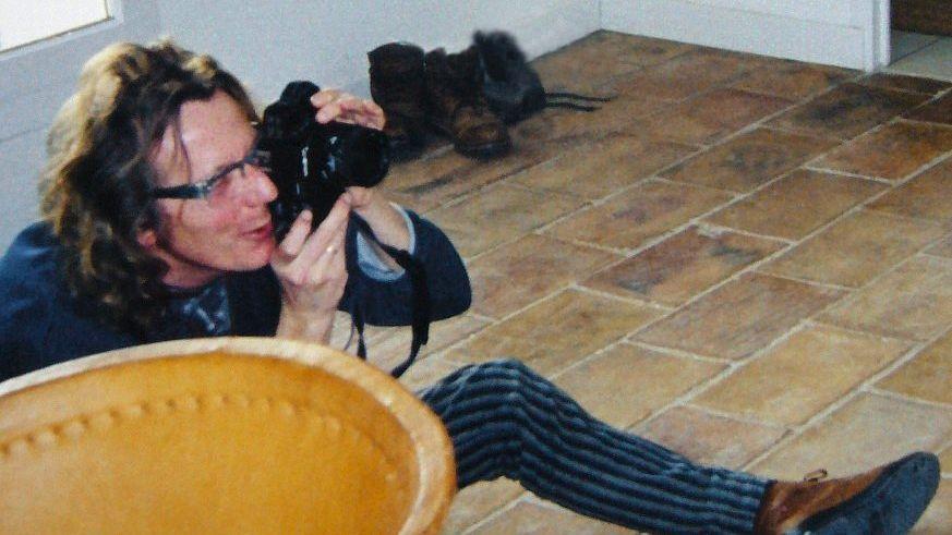 Beschuldigter Beltracchi in Frankreich, um 1999, an der Wand das gefälschte Purrmann-Bild »Südliche Landschaft«