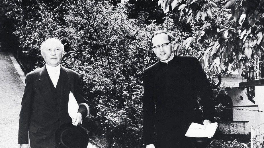 Kanzler Adenauer mit Sohn Paul in Rhöndorf 1959: »Erstaunlich belebt und verjüngt«