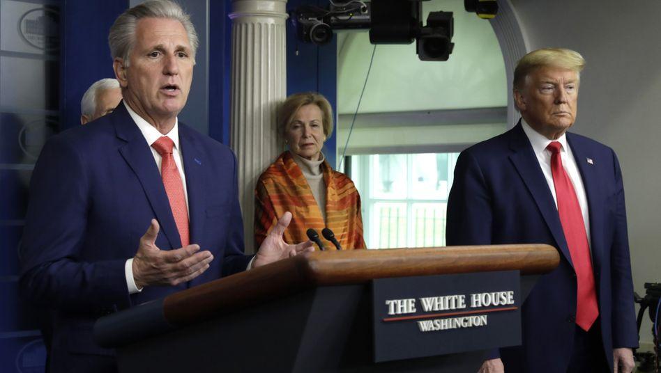 Der republikanische Minderheitsführer im US-Repräsentantenhaus, Kevin McCarthy, neben Präsident Donald Trump am Rednerpult