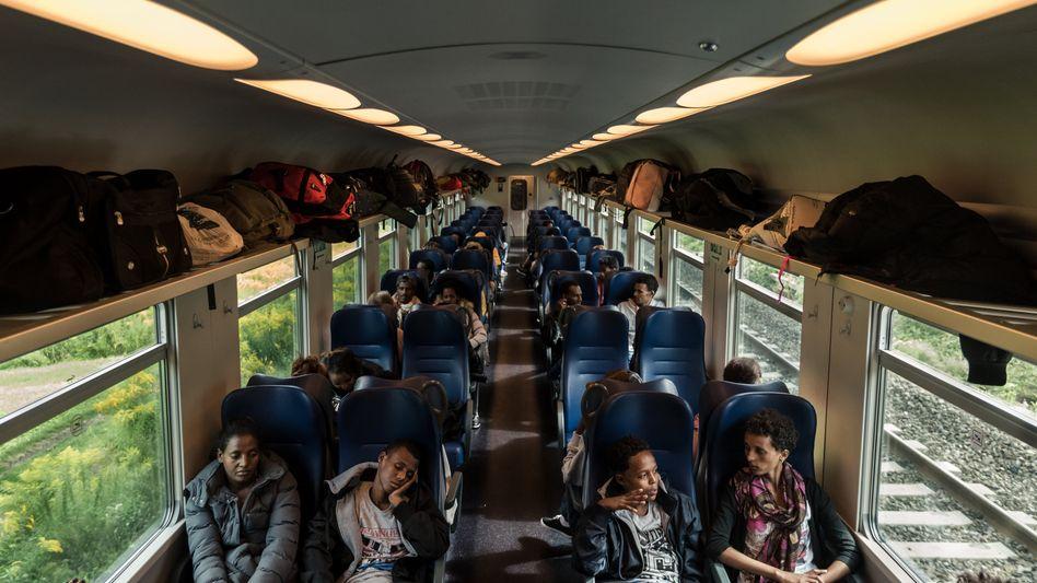Flüchtlinge im Regionalzug von Bozen zum Bahnhof Brenner: Kontrollen verschärft