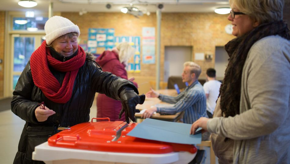 Eine Hamburgerin wirft in einem Wahllokal eine Stimmzettel in eine Wahlurne: Knappe Entscheidung