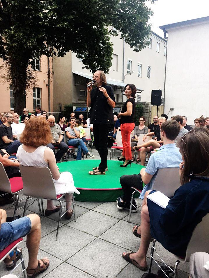 Grünenkandidat Wolfgang Freese und Parteichefin Annalena Baerbock beim Wahlkampf in Brandenburg
