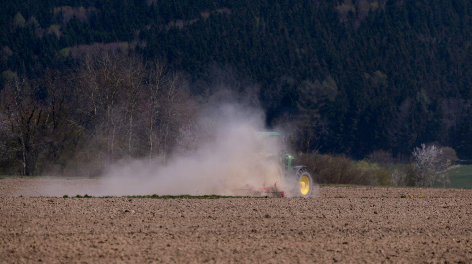 16.04.2020, Ungerhausen bei Memmingen, Ein Landwirt beim Eggen seines staubtrockenen Ackers. Durch die Trockenheit zieh