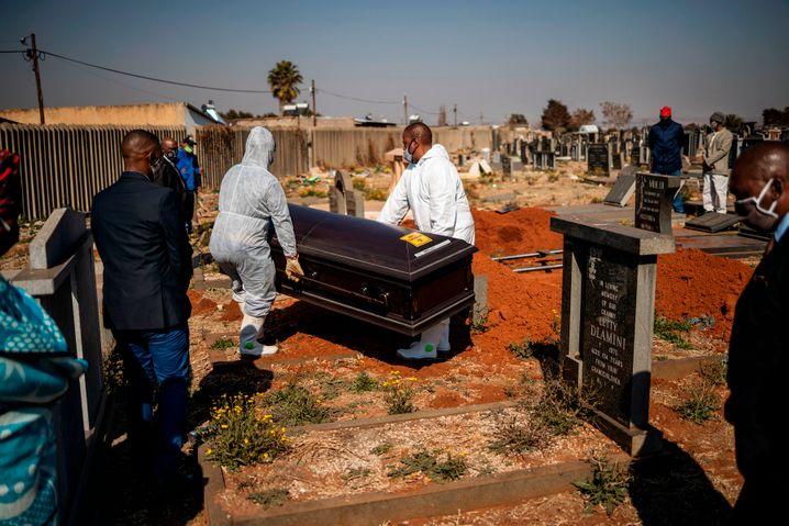 Eine Beerdigung auf dem Avalon-Friedhof in Soweto
