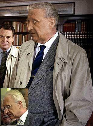 """""""Erwin, hol schon mal den Wagen!"""" An der Seite von Inspektor Erwin Huber spürt Kommissar Stoiber im Bundesrat jeden Verfassungsbrecher auf. Empfehlen Sie Edmund Stoiber das Derrick-Outfit, wählen Sie bitte im Vote """"Image Nr. 2""""!"""
