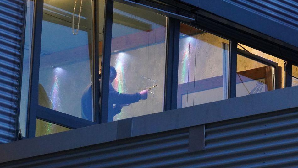 Stuttgart: Unbekannte schießen Loch in Fenster von Shisha-Bar
