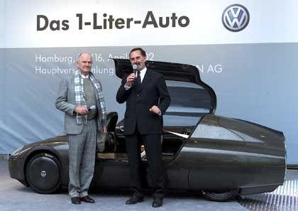 VW-Chef Piëch und sein designierter Nachfolger Bernd Pischetsrieder präsentieren das erste Ein-Liter-Auto