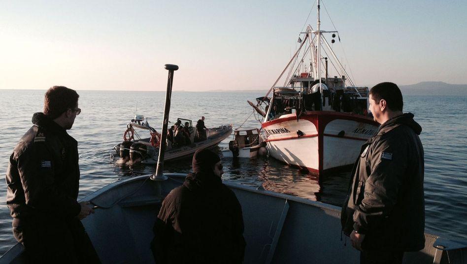 Die griechische Küstenwache inspiziert ein Boot in der Ägäis (Archiv): Tausende Flüchtlinge kommen aus der Türkei nach Griechenland