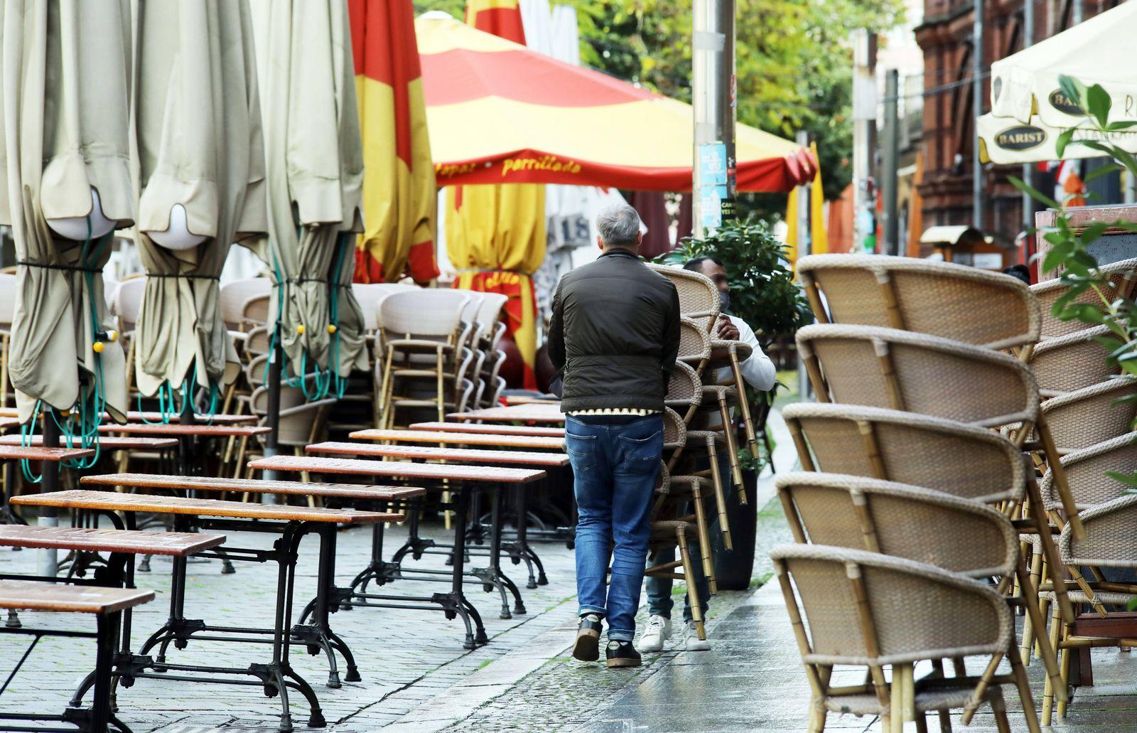 02.11.2020, Berlin - Deutschland. Die Stadt im Tag 1 des Lockdowns. Am Hackeschen Markt r?umen Mitarbeiter die St¸hle zu