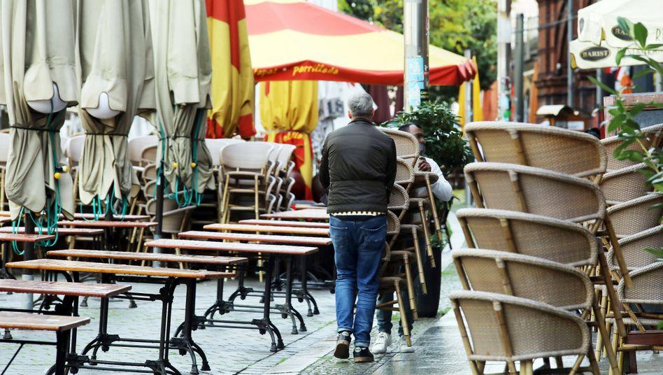 Restaurant-Mitarbeiter am ersten Tag des November-Shutdowns in Berlin: Getroffen werden vor allem jene, die ohnehin schon zu den Schwachen zählen