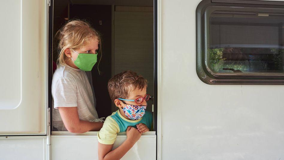 Kinder mit Mund-Nasen-Schutzmaske