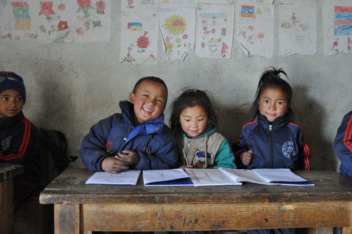 Schule in Nepal: In Lingshed in Ladakh hat Christian Hlade in den Neunzigerjahren eine Solarschule gebaut und eingerichtet