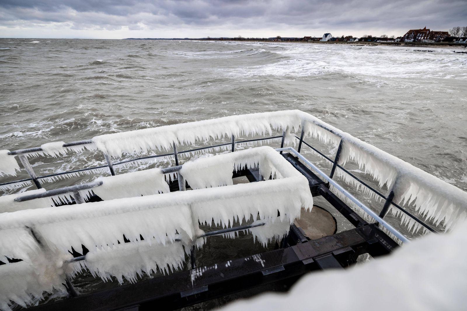 Schönberg, 9. Februar 2021 - Vereiste Seebrücke am Schönberger Strand *** Schönberg, 9 February 2021 Iced pier at Schön