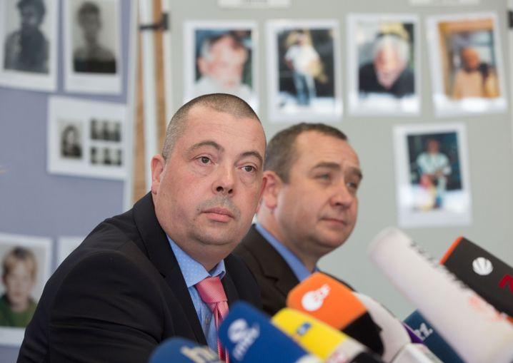 Ermittler Frank Herrmann (l) und Holger Thomsen