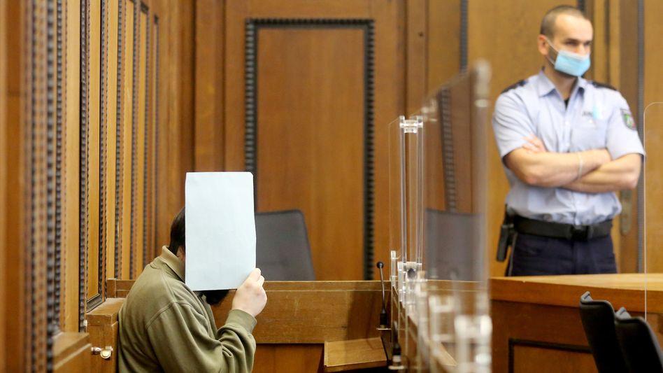 Einer der beiden Angeklagten im Gerichtssaal in Mönchengladbach