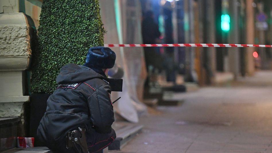 Ein Polizist überwacht den Tatort vor der Zentrale des Inlandsgeheimdienstes
