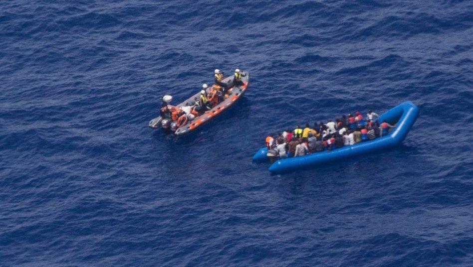 Aktivisten der deutschen Hilfsorganisation Sea-Watch retten Migranten vor der libyschen Küste