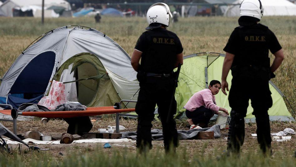 Griechische Polizisten, Flüchtling (Archivbild von der Grenze zu Mazedonien, 2016)