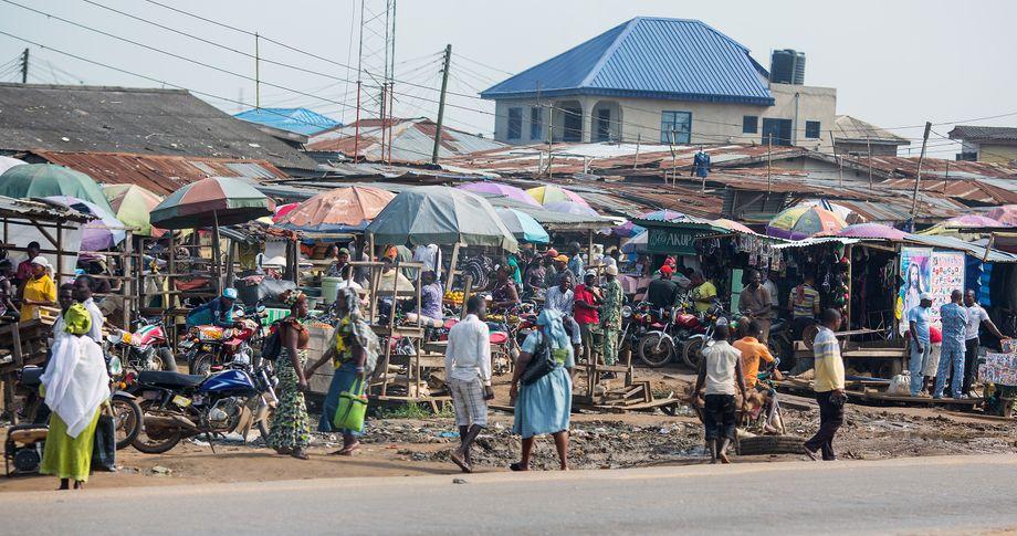 Händler auf einem Markt in Lagos, Nigeria, im Juni: Viele Menschen weltweit können es sich nicht leisten, aus Schutz vor dem Coronavirus zu Hause zu bleiben