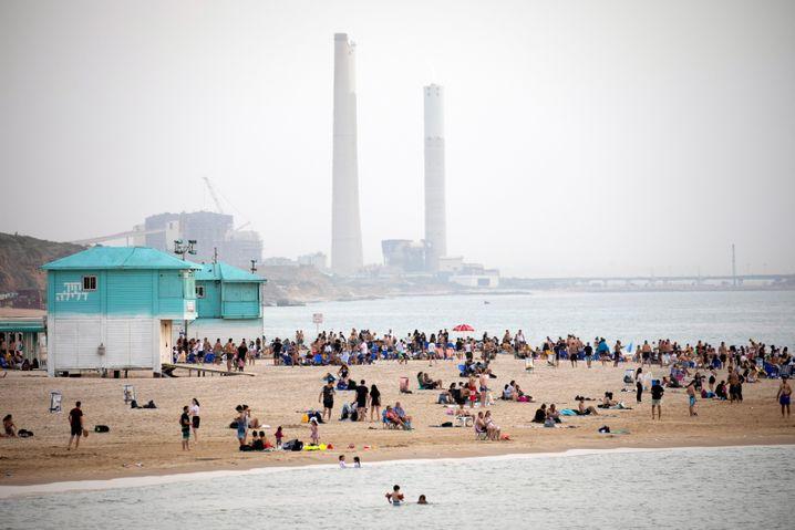 Badegäste im April 2021 an einem Strand nahe der israelischen Stadt Aschkalon