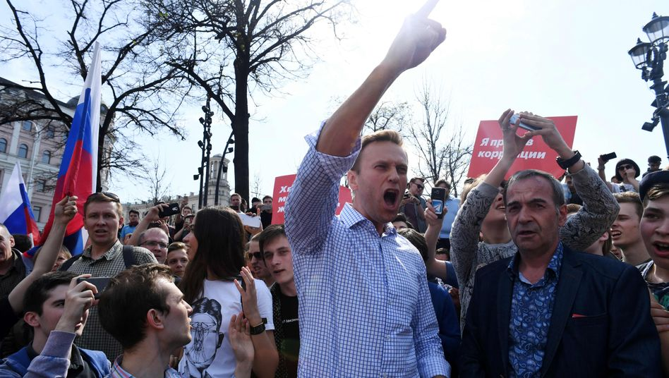 Kremlkritiker Nawalny mit Unterstützern auf einer Demonstration (2018)